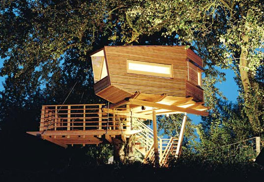 baumraum 39 s tiny tree cubes are colorful retreats set high in the treetops inhabitat. Black Bedroom Furniture Sets. Home Design Ideas