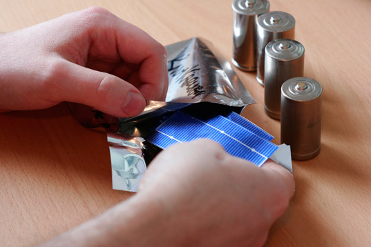 solarcat batteries, solar charging batteries, integrated solar cell batteries, photovoltaic batteries, sustainable design, green gadget, green design, knut karlsen
